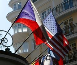 Česká vlajka spolu s dalšími vlajkami